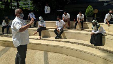 Photo of Terapkan WFH, Humas Kota Bandung Manfaatkan Area Taman Balai Kota Untuk Briefing dan Rapat